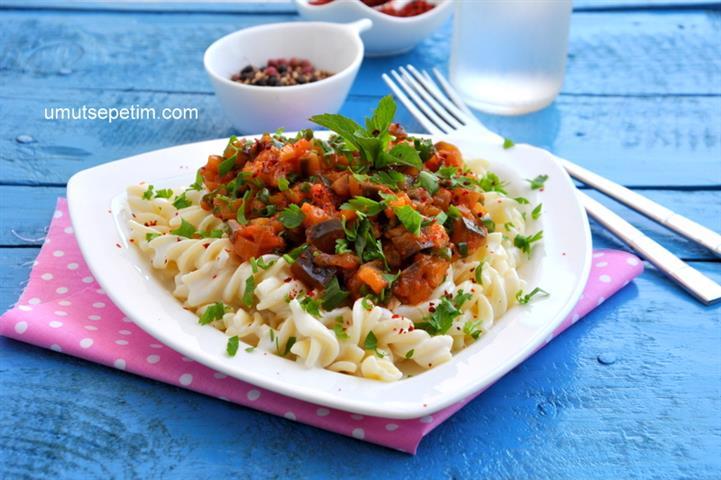 Yoğurtlu  Patlıcan  Soslu  Makarna  Tarifi