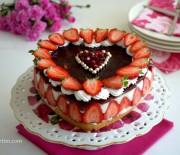 Kabarma  Garantili  Pandispanya  ve  Çilekli  Kalp  Pasta